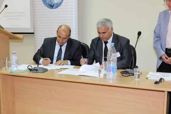 """Кметът Белишки и председателят на Управителния съвет на Национална браншова организация за електрическа мобилност – Индустриален клъстер """"Електромобили"""" (ИКЕМ) подписаха Меморандум за сътрудничество"""