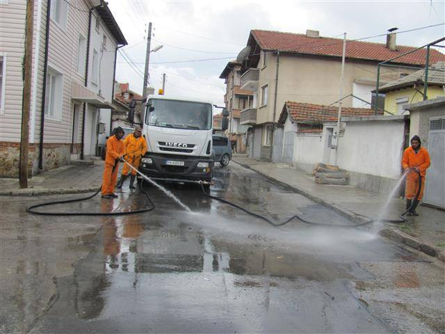 Започна пролетното почистване и миене на улици в Панагюрище