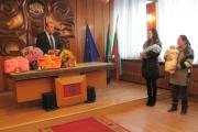 Кметът на община Панагюрище Никола Белишки ориса първото бебе за 2015 година